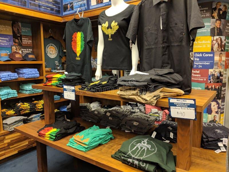 Guida alla merce in banda, comprese le camicie, e bottoni giù camicie all'interno del Blue Note Store immagine stock libera da diritti