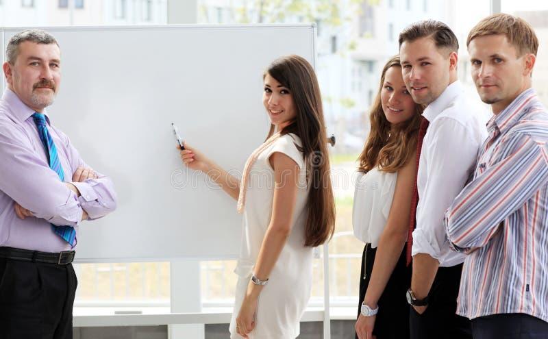 Guida che spiega qualcosa sul whiteboard immagine stock libera da diritti