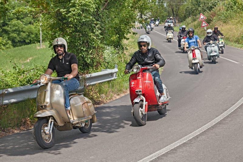 Guida dei motociclisti motorini d'annata Lambretta fotografia stock libera da diritti