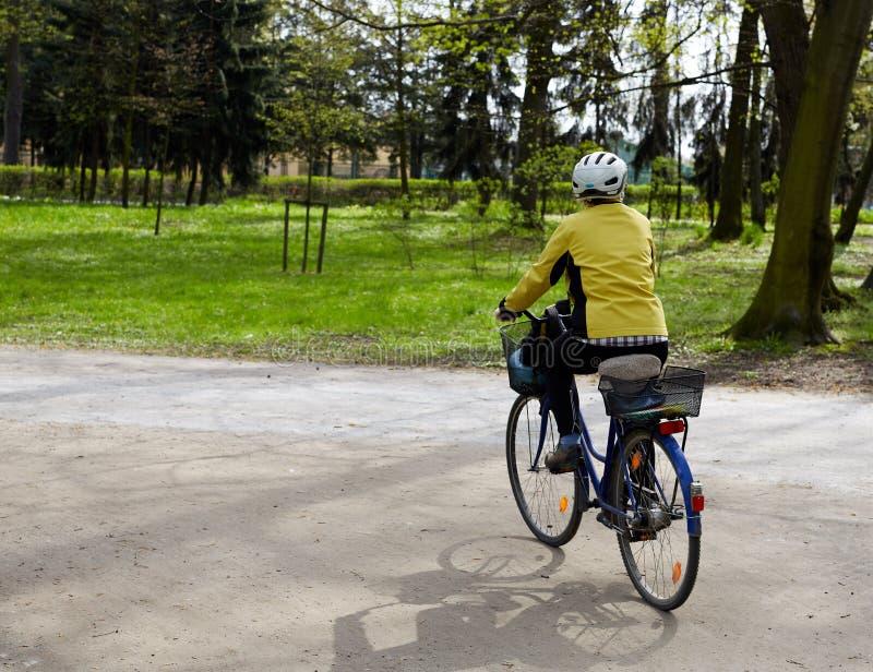 Guida del giovane sulla sua bici nel parco immagine stock libera da diritti