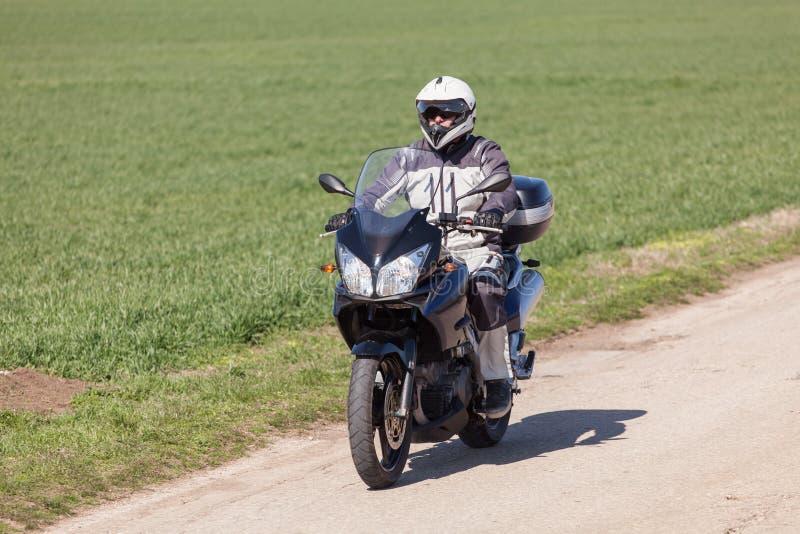 Guida del motociclista su un motociclo Guidando la strada vuota su un motociclo visiti il viaggio fotografia stock