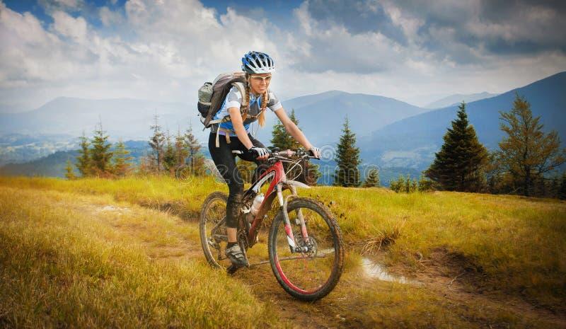 Guida del mountain bike della donna fotografie stock libere da diritti