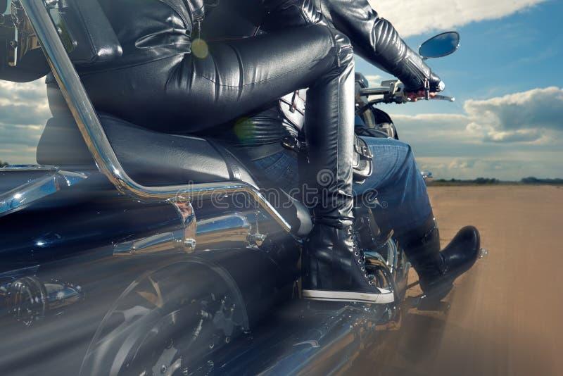 Guida dell'uomo e della donna del motociclista sul motociclo fotografie stock