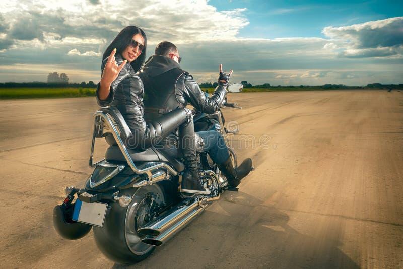 Guida dell'uomo e della donna del motociclista sul motociclo fotografia stock libera da diritti