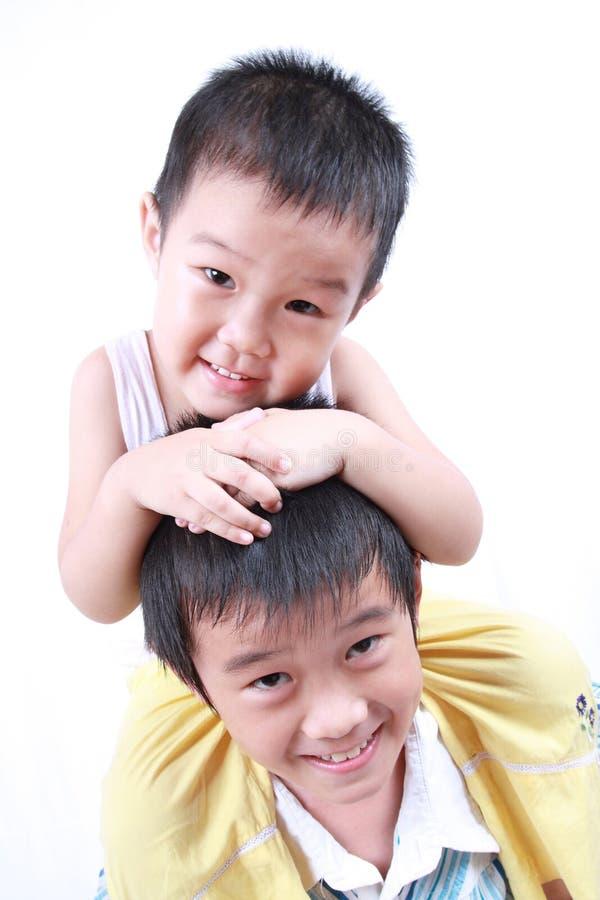 Guida della bambina sulla spalla fotografie stock