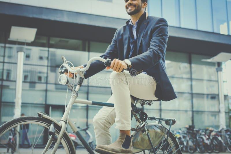 Guida della bici dopo il lavoro fotografia stock libera da diritti