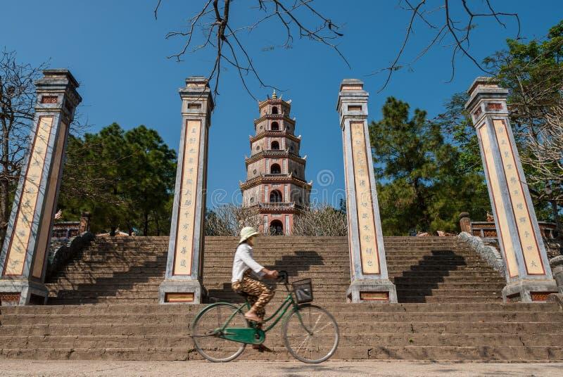 Guida della bicicletta nel Vietnam fotografie stock