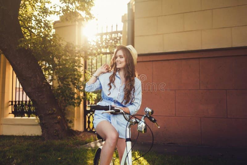 Guida della donna sulla bici fotografia stock