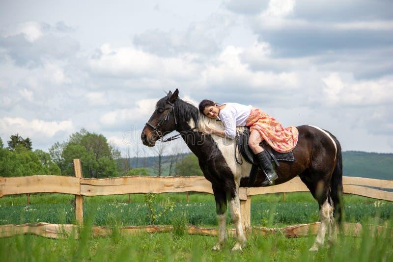 Guida della giovane donna sul cavallo bello, divertendosi nell'ora legale, campagna della Romania fotografie stock libere da diritti