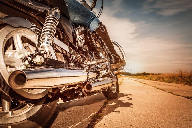 Guida della ragazza del motociclista su un motociclo immagine stock