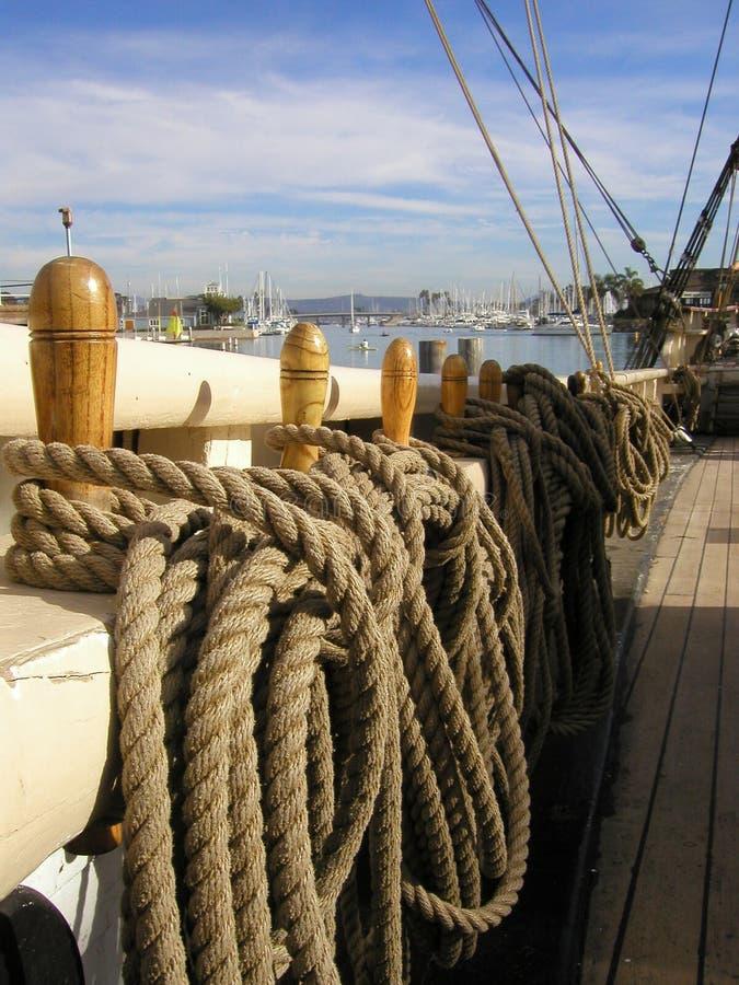 Guida di legno & sartiame della barca a vela fotografia stock