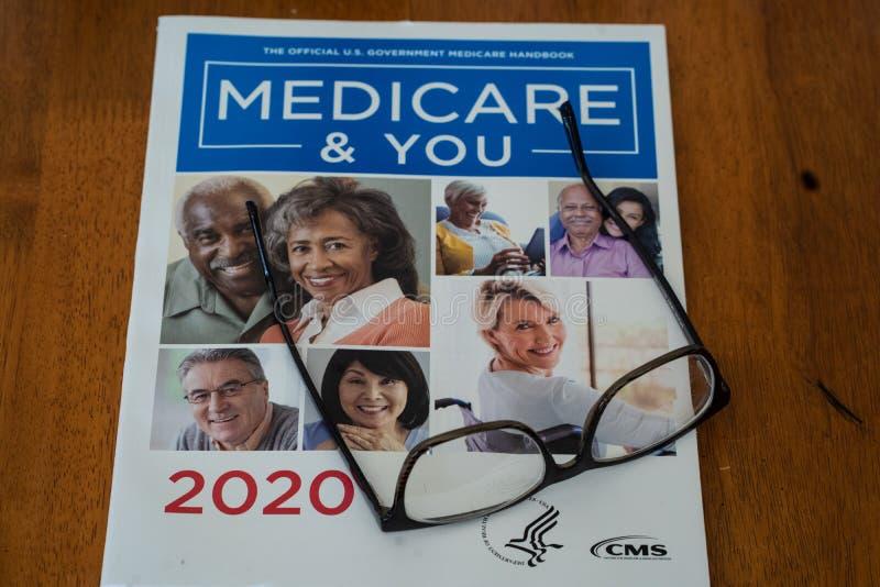 Guida di Medicare e You 2020 con occhiali fotografia stock libera da diritti
