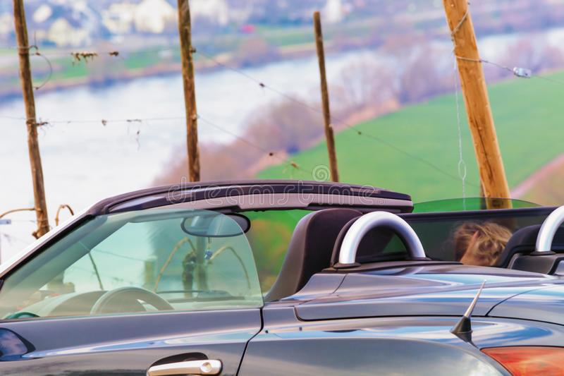 Guida di veicoli convertibile sulla Mosella in Germania fotografia stock