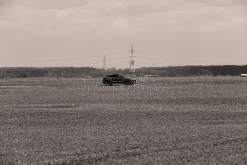 Guida di veicoli nel selvaggio fotografia stock libera da diritti