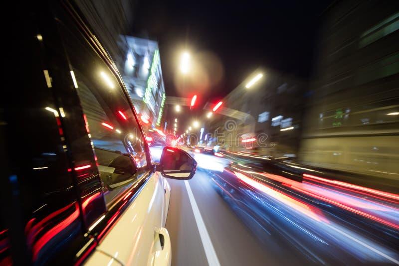 Guida di veicoli nella città alla notte, moto della sfuocatura fotografia stock libera da diritti