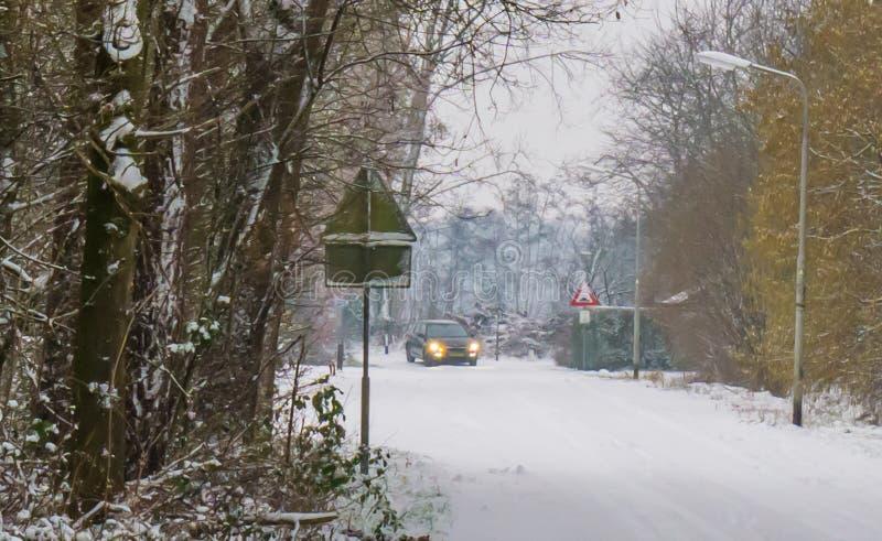 Guida di veicoli nella stagione invernale su una strada completamente coperta in neve bianca, slittante rischio, condizioni atmos immagini stock libere da diritti