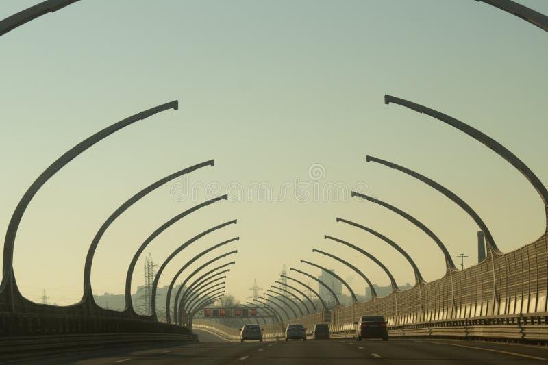 Guida di veicoli su una strada principale automatico passando una carreggiata fotografia stock