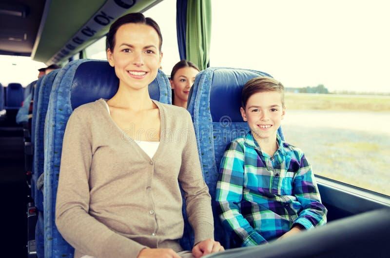 Guida felice della famiglia in bus di viaggio immagine stock libera da diritti