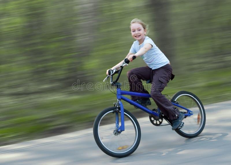 guida felice della ragazza della bicicletta fotografie stock libere da diritti