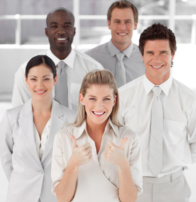 Guida femminile di affari con i pollici fino alla macchina fotografica immagini stock