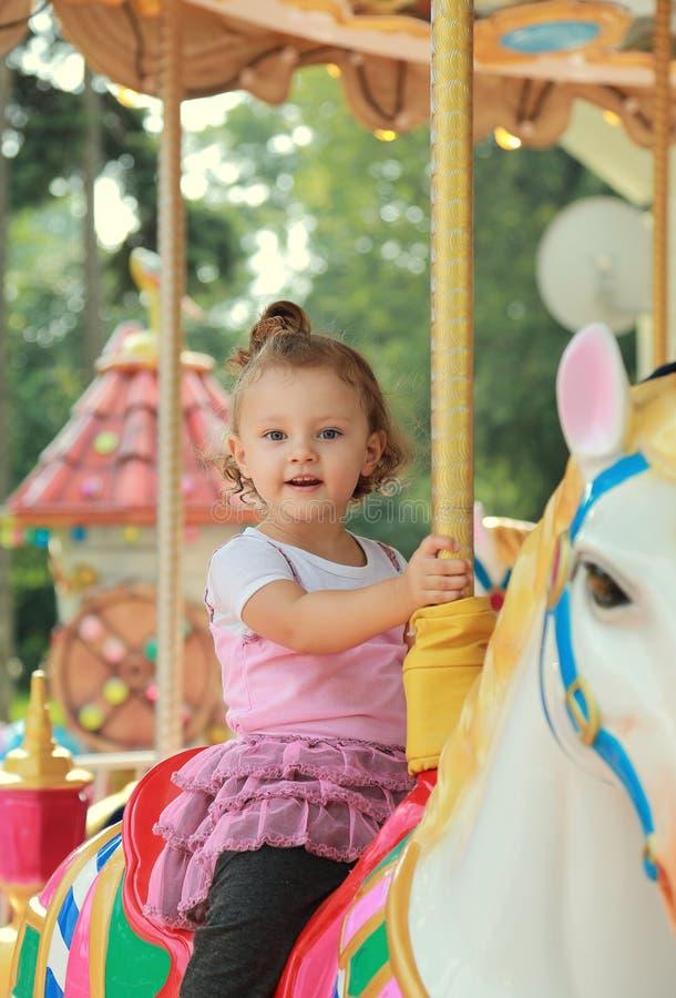 Guida sorridente felice della ragazza sul cavallo fotografia stock