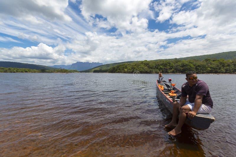 Guida venezuelana indiana che riposa sulla canoa, Canaima, Venezuela immagine stock libera da diritti