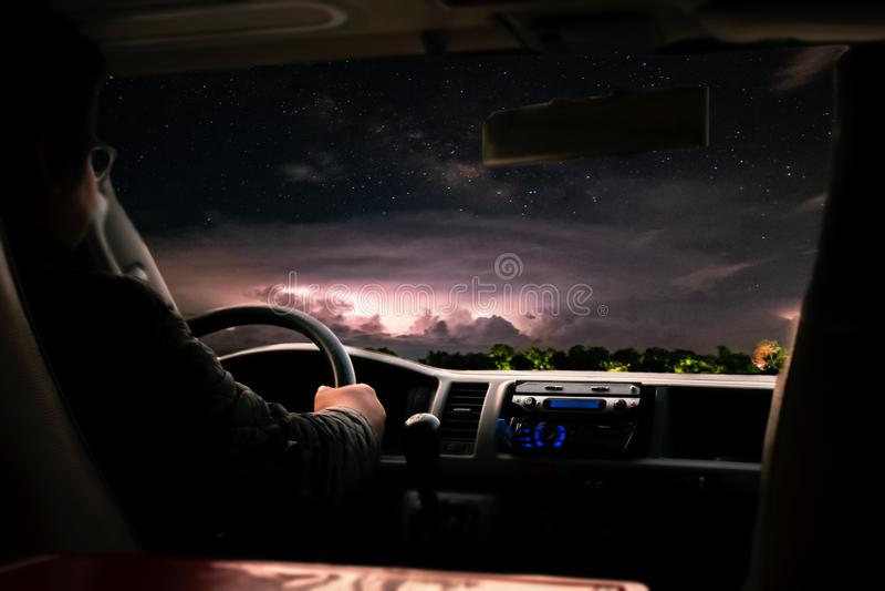 Guidando al maltempo sulla strada durante la tempesta della pioggia immagini stock libere da diritti