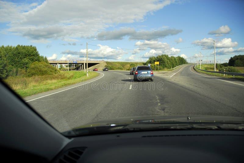 Guidando alla giunzione dell'autostrada senza pedaggio fotografie stock