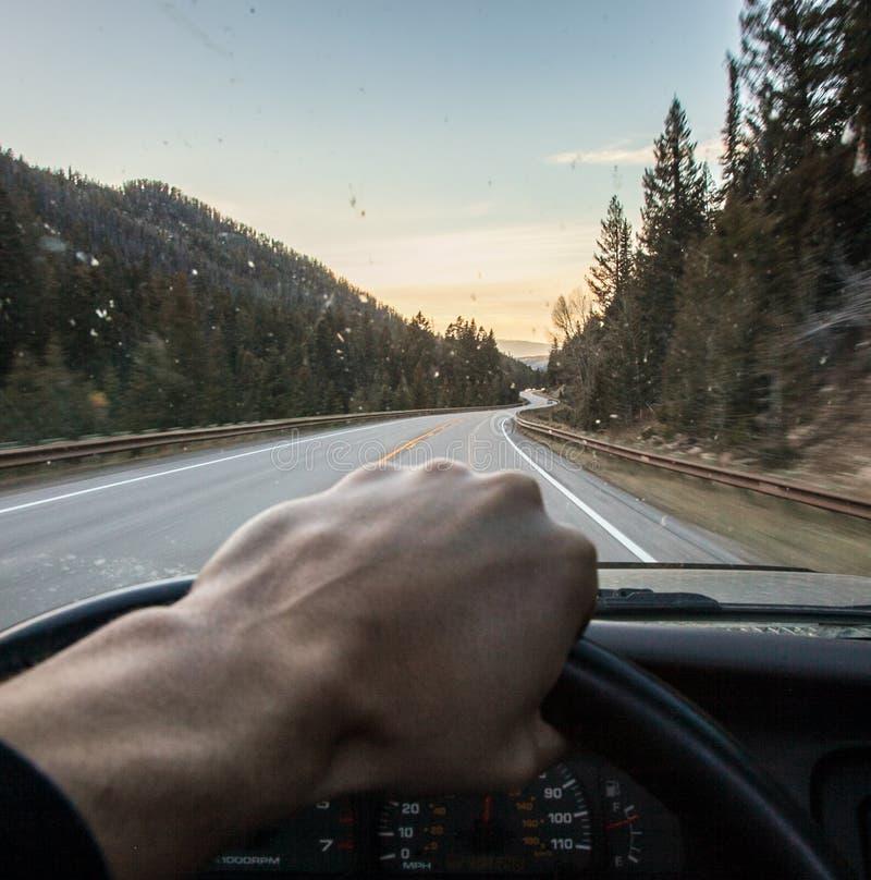 Guidando attraverso le montagne fotografie stock libere da diritti