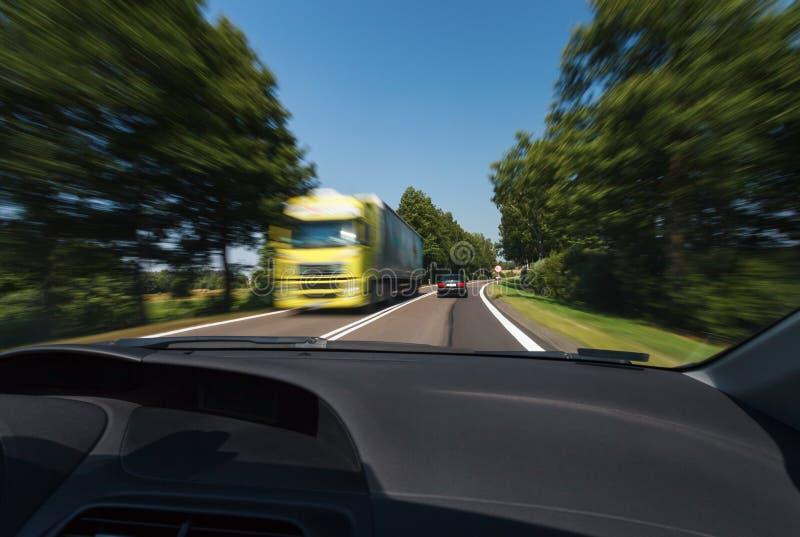 Guidando durante le buone condizioni atmosferiche immagini stock