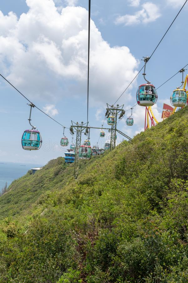 Guidando la cabina di funivia al parco Hong Kong dell'oceano, il giorno ha sospeso il fianco di una montagna della gondola all'ap fotografia stock libera da diritti