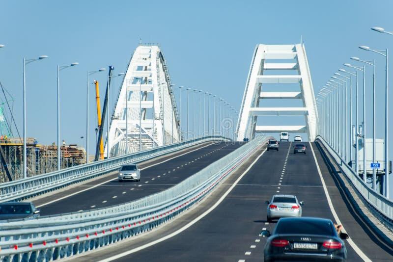 Guidando lungo il ponte della Crimea Una costruzione imponente del XXI secolo Il nuovo ponticello immagini stock libere da diritti