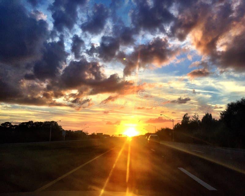 Guidando nel tramonto fotografia stock libera da diritti