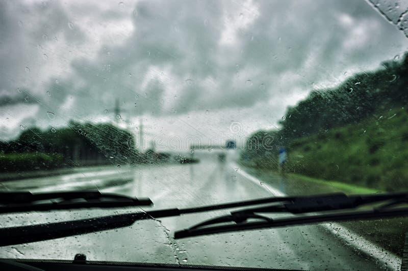 Guidando nella pioggia fotografia stock libera da diritti
