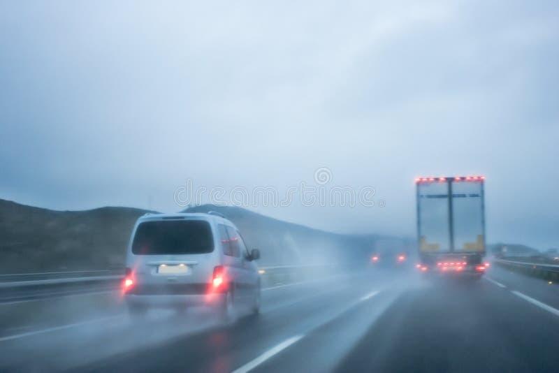 Guidando sotto la pioggia fotografie stock