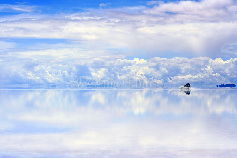 Guidando sui saltflats bagnati immagine stock