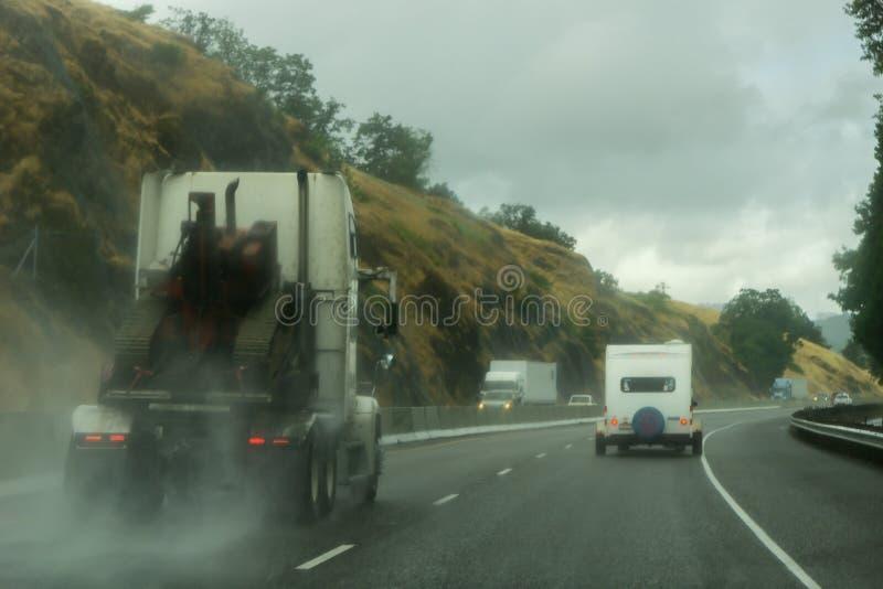 Guidando sulla strada principale del nord 138 di Umpqua vicino alla scivolata durante la tempesta immagini stock