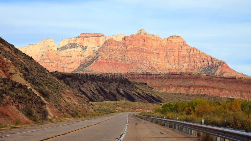 Guidando verso il canyon di Zion fotografia stock libera da diritti