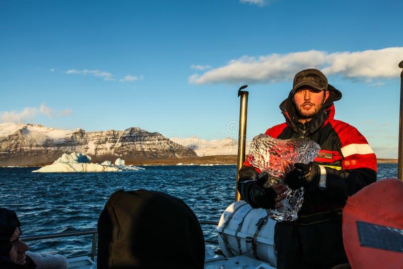 Guide avec de la glace à la lagune de Jokulsarlon, Islande photographie stock