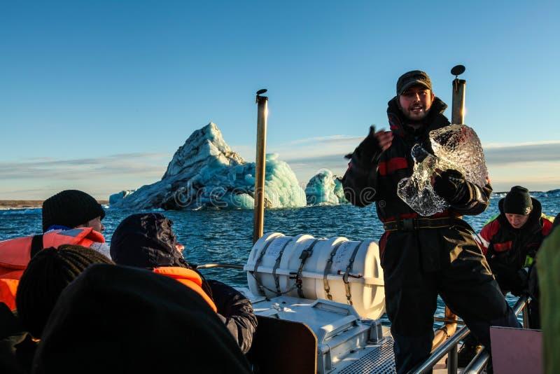 Guide avec de la glace à la lagune de Jokulsarlon, Islande photographie stock libre de droits