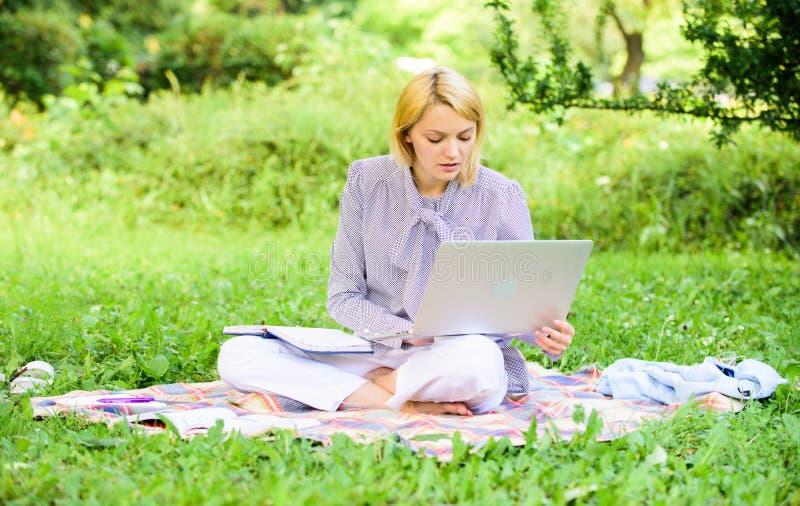 Guide commençant la carrière indépendante Travail indépendant de dame d'affaires dehors Étapes pour commencer des affaires indépe photo stock