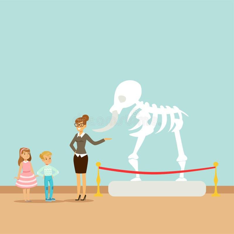 Guide de musée indiquant les enfants au sujet du squelette de dinosaure, enfants dans le musée de la paléontologie illustration libre de droits