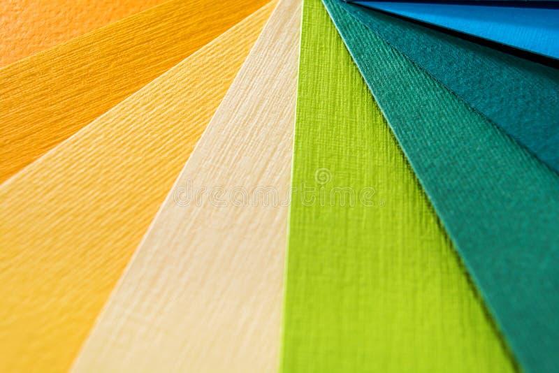 Guide de palette de couleur Le papier texturisé coloré prélève le catalogue d'échantillon Couleurs lumineuses et juteuses d'arc-e photographie stock libre de droits
