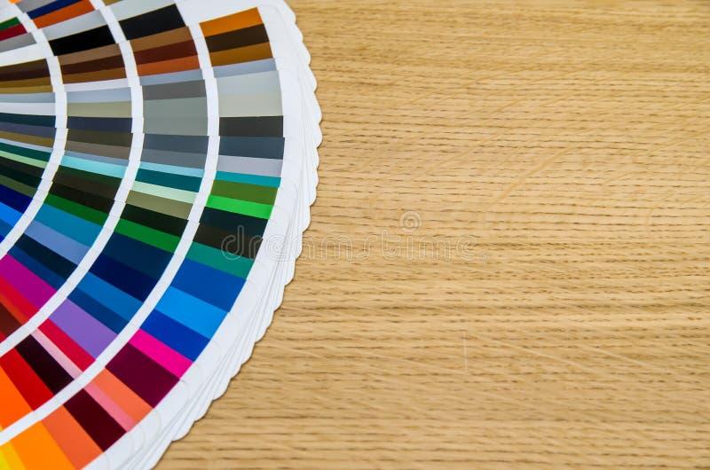 Guide de palette de couleurs sur le conseil en bois photo stock