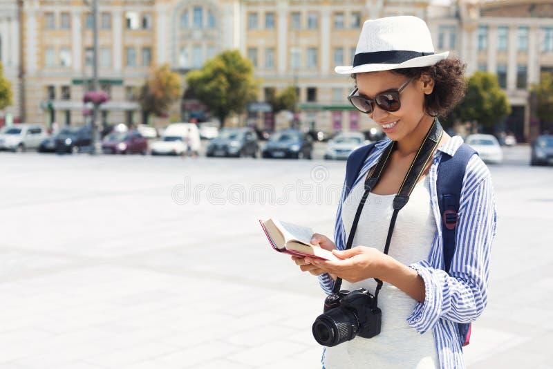 Guide de touristes de lecture d'afro-américain dans la ville images stock