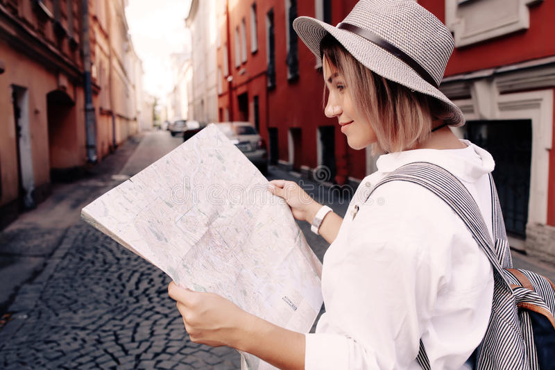 Guide de voyage Jeune voyageur féminin avec le sac à dos et avec la carte sur la rue concept de course photo stock