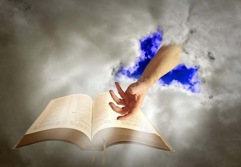 Guide divin de bible de main d'un dieu photographie stock libre de droits