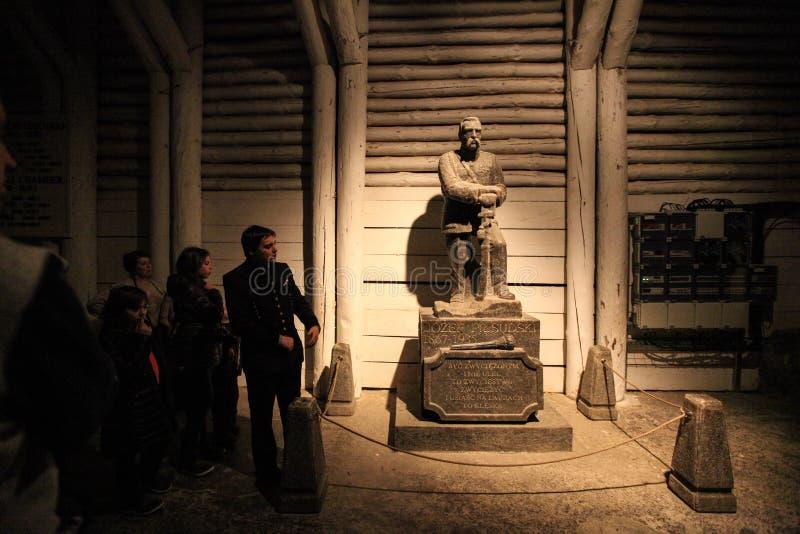 Guide et touristes dans des mines de sel de Wieliczka photo libre de droits