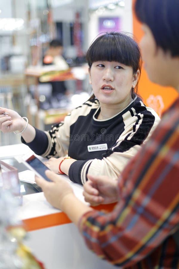 Guide femelle chinois d'achats, adobe RVB photos libres de droits