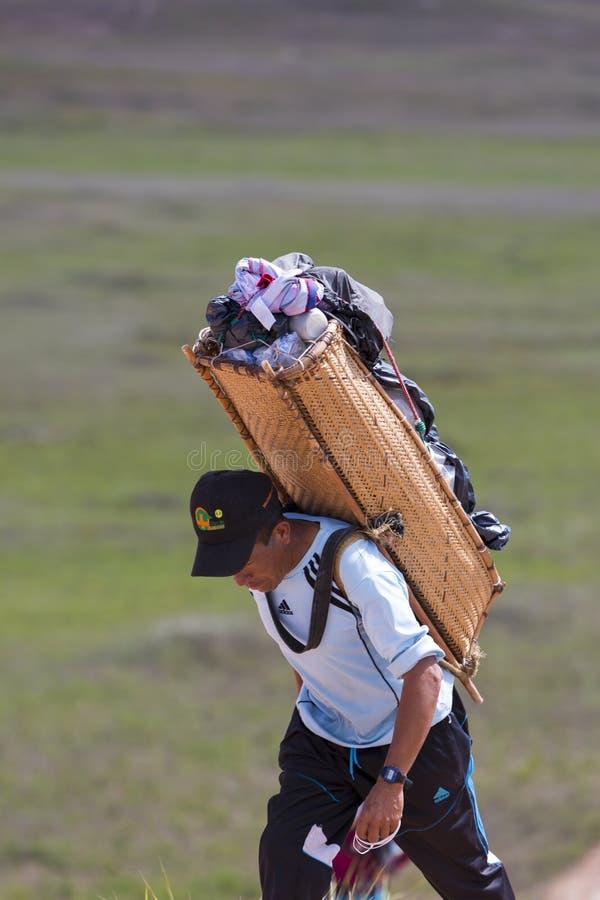 Guide indigène indien marchant avec le sac à dos vénézuélien traditionnel photographie stock libre de droits